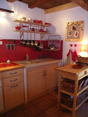 "cozy kitchen of the apartment ""elves"" in Venosc"