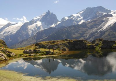 Hike around the lakes of the Emparis Plateau