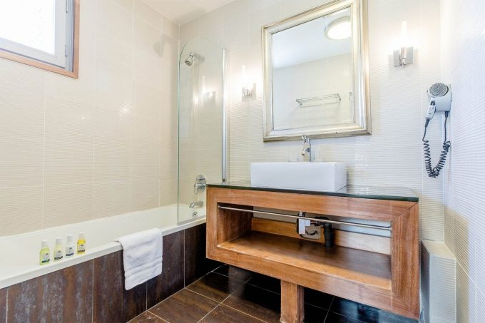 Standard room – bathroom
