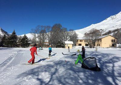 Prêt de matériel de ski hockey au domaine nordique de Villar d'Arène